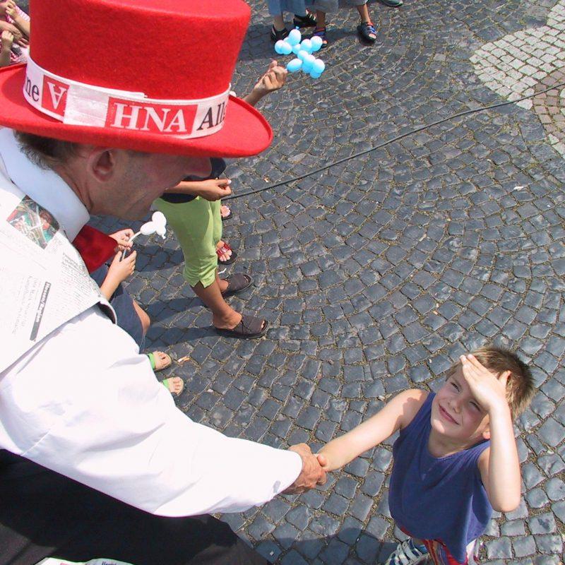 HNA-Fest zur Einweihung HNA-Haus in Fritzlar. Fest auf dem Marktplatz mit buntem Programm und vielen Gruppen. Hier: Stelzenmann.